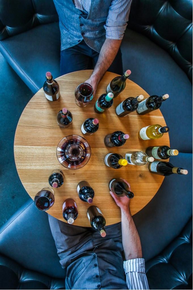 autour d'une table avec des bouteilles de vin